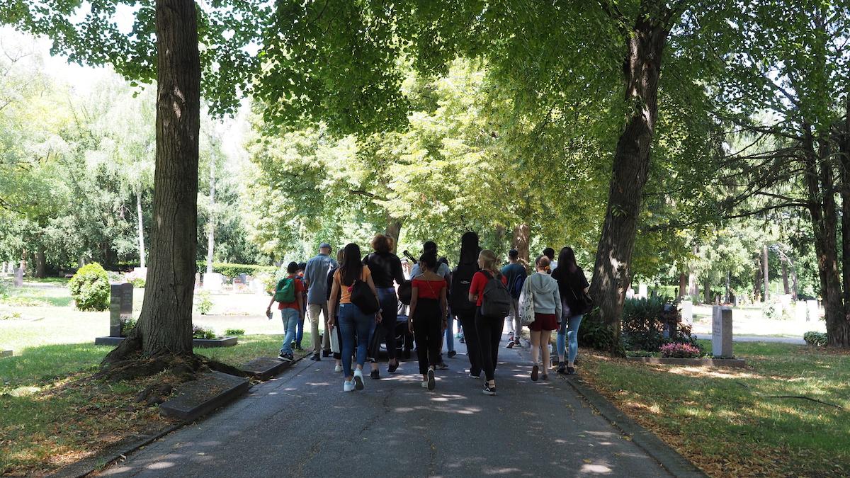 Die Schülergruppe auf dem Weg über den Friedhof